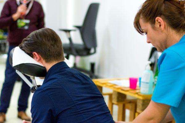 De ce e recomandat să faci masaj terapeutic la birou. 10 beneficii pentru angajator